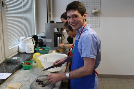Zum Nachtisch gibt es Obstsalat, den Student Michael Petry vorbereitet