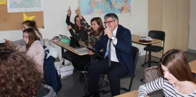 Da meldet sich auch der Landrat: Manfred Görig hat sichtlich Spaß beim Besuch der ersten Ipad-Klasse im Kreis an der Geschwister-Scholl-Schule in Alsfeld (Foto: Sabine Galle-Schäfer/Vogelsbergkreis)