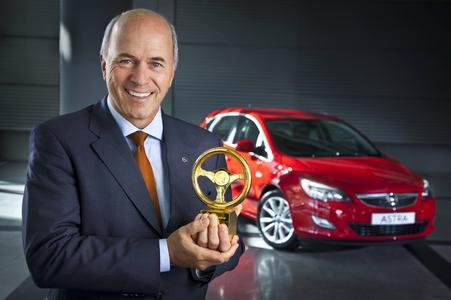 Der neue Opel Astra ist der Gewinner des Goldenen Lenkrads. Aufsichtsratschef Carl-Peter Forster nahm die begehrte Trophäe entgegen