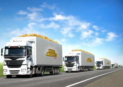 Im aktuellen Eurojackpot liegen 82 Millionen Euro. 22 LKWs wären notwendig um diesen Betrag in Form von 82 Millionen 1-Euro Münzen zu transportieren