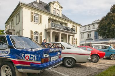 Historische Villa mit historischen Autos: Wie in jedem Jahr präsentierte Opel dem Publikum zahlreiche Oldtimer aus der Firmensammlung