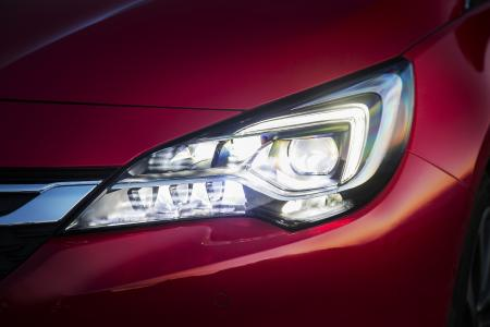 Passen sich automatisch der jeweiligen Verkehrssituation an: Die IntelliLux LED® Matrix-Scheinwerfer, hier im Opel Astra