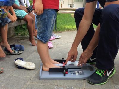 Durch eine Messung wurde die Schuhgröße der Kinder ermittelt