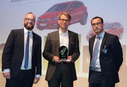 """Starke Performance: Der Opel Astra ist der """"Autoflotte TopPerformer 2017"""" in seinem Segment. Frank Hägele, Direktor Verkauf Groß- und Gewerbekunden bei Opel (Mitte), nahm den Award von Autoflotte-Chefredakteur Christian Frederik Merten (links) und Redakteur Rocco Swantusch entgegen."""