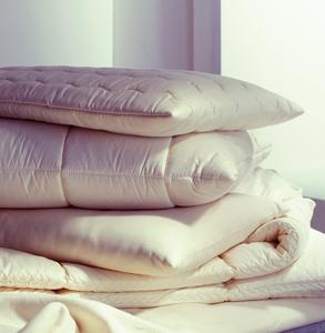 Kissen und Decken kräftig schütteln und lüften gibt den Frischekick