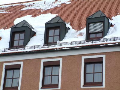 Kein Schnee mehr von gestern auf dem Dach? Hier könnte Sanierungsbedarf bei der Dämmung der Grund sein.