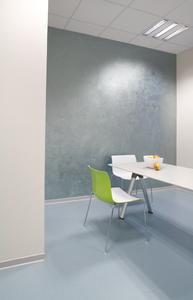 Kühl, sachlich und elegant in Blau und Weiß ist das Büro von Dr. Robert J. Werner gestaltet. Ein besonderer Hingucker bildet die mit Metallocryl gespachtelte Wandfläche.