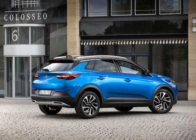 """Der Angreifer im SUV-Segment: In der Rückansicht verleihen die schnittigen C-Säulen, das optisch """"schwebende"""" Dach, schlanke LED-Rückleuchten und das nach innen gewölbte Heck dem neuen Opel Grandland X einen sportlich-dynamischen Charakter"""