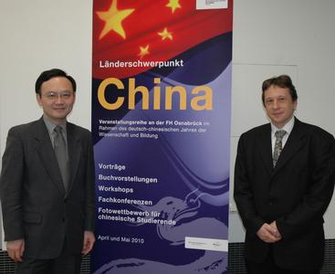"""Sie eröffneten die Veranstaltungsreihe """"Länderschwerpunkt China"""" (v.l.): Prof. Li Guoqiang, 1. Sekretär für Bildung, Botschaft der Volksrepublik China in Deutschland, und Prof. Andreas Frey, China-Beauftragter der FH"""