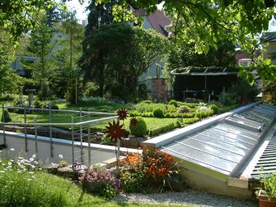 Auf dieser Arbeitshalle in einem Wohn-Mischgebiet wurde ein kompletter Garten angelegt. Foto: HF.Redaktion (honorarfrei)