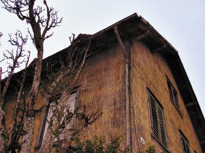 Nach der Sanierung kaum wiederzuerkennen: Die Fassade des Altbaus und die dahinter liegende Fachwerkwände waren völlig heruntergekommen und nicht mehr zu retten