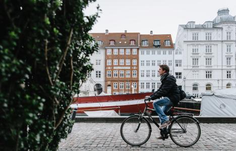 Skandinavien - Dänemark - Kopenhagen - Fahrradfahren in Nyhavn (Photo by Omar Yassen on Unsplash)