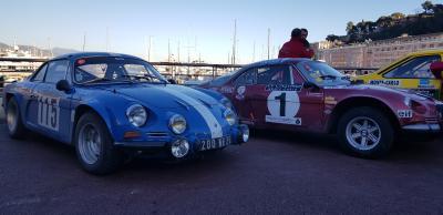 Rallye-Autos im Ziel: Zwei Alpine A110 im zeitgenössischen Rallye-Trim.