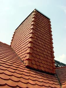 Dachdecker als Dachgestalter: Auch so kann eine Kaminbekleidung mit darunter liegender Dämmung aussehen