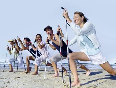 Fitnesstraining mit Spaß statt Langeweile am Strand: 2015 werden noch mehr Menschen im Urlaub auf Reisen in ein gesundes Leben gehen. Der Regensburger Reiseveranstalter Dr. Holiday ist in dem expandieren Urlaubssegment Marktführer in Deutschland und dabei auch Kooperationspartner vieler Krankenkassen. Foto: obx-news