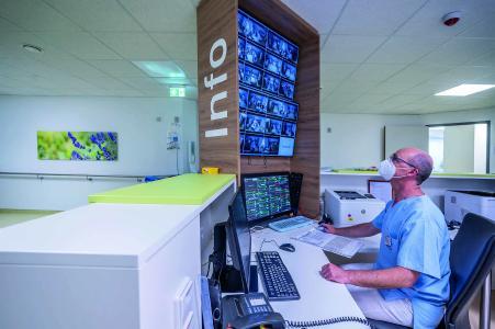 Blick in die Stroke Unit des Klinikums Christophsbad: Pflegekräfte, Logopäden, Ärzte am Bett eines In-tensivpatienten, Foto: Christophsbad/Carlucci