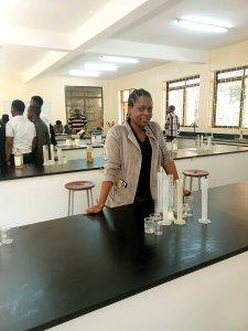 Mit Unterstützung der Hersteller Bayer, Boehriger Ingelheim und Merck werden in Tansania pharmazeutische Lehrkräfte fortgebildet.