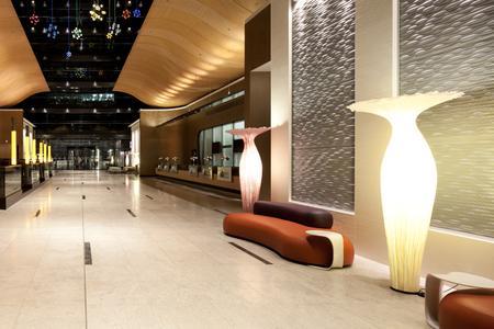 Weitläufig, großzügig und dennoch ausgesprochen einladend: Die Lobby mit Rezeption (rechts) und Bar (links) / Foto: JOI-Design, Hamburg
