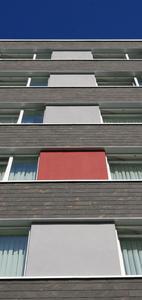 Die Grundidee bei der Neugestaltung der Fassade bestand darin, das für die Ausstattung gewählte, aus Rot- und Grautönen bestehende Farbdesign nach außen zu transportieren. Die gewünschten tiefroten Effekte lieferten Fassadenflächen und Säulen im Außenbereich, Foto: Caparol Farben Lacke Bautenschutz/Axel Schmidt-Adlung