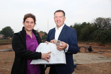 Archäologin Utel Bartelt und Hemmingens Bürgermeister Claus-Dieter Schacht-Gaida präsentiere die Befunde an der Grabungsstelle in Hemmingen