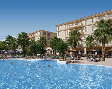Die Hotels Mar Blau und Rosella werden bis 2013 zu einer Ferienanlage in Cala Millor/Mallorca verbunden. Foto: alltours