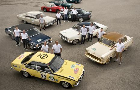 Gut gelaunt: Die Opel Classic Fahrerteams der diesjährigen Bodensee Klassik an ihren Rallye-Fahrzeugen der diesjährigen Bodensee Klassik Rallye