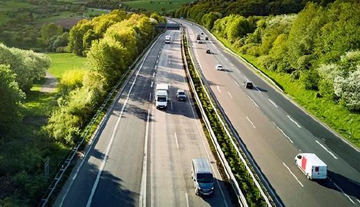 Szenerie mäßiger Autobahnverkehr