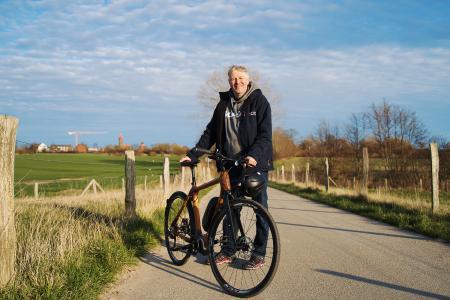 """""""Die Landschaft ist so abwechslungsreich, so schön und jeden Tag anders"""", sagt der Naturführer und leidenschaftliche Radfahrer Axel Kramer / Bild: www.ostsee-schleswig-holstein.de"""
