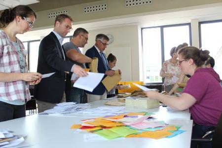 Im Sitzungssaal des Landratsamtes helfen auch Landrat Manfred Görig und Jugenddezernent Dr. Jens Mischak kurzzeitig mit: Mehr als 3.200 Stimmzettel müssen von den Mitarbeiterinnen und Mitarbeitern der Jugendarbeit sortiert und ausgezählt werden (Foto: Gaby Richter)