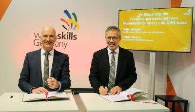 Hubert Romer und Detlef Kröpelin unterzeichnen Vertrag zur Forführung der Presenterpartnerschaft
