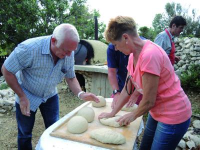 Gäste bringen den vorbereiteten Brotteig in Form.