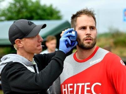 HC Erlangen - Dr. Andreas Wittke führt Laktat-Tests bei Nico Büdel durch (Foto: Sportfoto Zink, Fürth)
