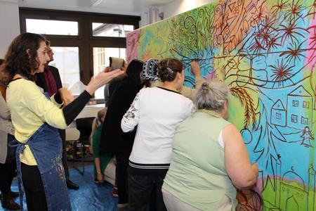 Die Künstlerinnen bei der Arbeit, angeleitet von Prof. Claudia Bernardi