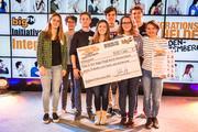 """Die Schülerfirma """"Ein Vogel fliegt durch Deutschland"""" aus Karlsruhe freut sich über das Erreichen des zweiten Platzes bei der bigFM Initiative für Integration Baden-Württemberg"""