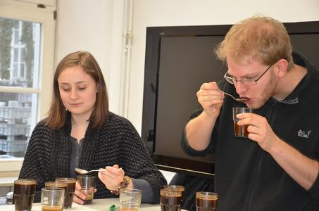 """Studierende beim """"Kaffee cupping"""" im Getränketechnologischen Zentrum der Hochschule Geisenheim in der Rüdesheimer Straße"""