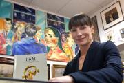 Julia Maxwitat-Balzer, Geschäftsführerin der GUT FÜR BREMEN Stiftung der Sparkasse in Bremen, freut sich über den Erlös der ersten Auktion (Copyright: Sparkasse Bremen // Fotograf Michael Bahlo )