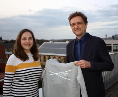 Jessica Herzig ist Studentin Nummer 14.000 der Hochschule Osnabrück. Aus den Händen von Hochschulpräsident Prof. Dr. Andreas Bertram erhielt sie jetzt einen Kapuzenpullover aus der Hochschul-Kollektion. Herzig studiert Wirtschaftsingenieurwesen (dual) auf dem Campus Lingen der Hochschule