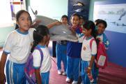 Kinder mit Delfinmodell im ehemaligen Meeresschutzzentrum von ACOREMA