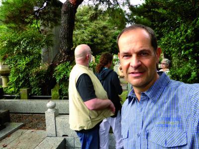 Oliver Drewes mit Reisegruppe vor der Gedenkstele Mikao Usuis in Tōkyō.