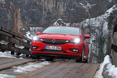 Taghell: Mit den adaptiven IntelliLux LED® Matrix-Scheinwerfern sind Opel Insignia- und Opel Astra-Fahrer (Astra im Bild) mit permanentem Fernlicht unterwegs – ohne dabei den vorausfahrenden oder entgegenkommenden Verkehr zu blenden