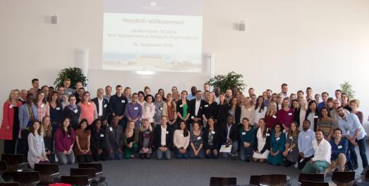 Sie haben allen Grund zu feiern: mit rund 120 Gästen zelebrierten die Verantwortlichen das zehnjährige Bestehen des Masterstudiengangs Management in Nonprofit-Organisationen an der Hochschule Osnabrück
