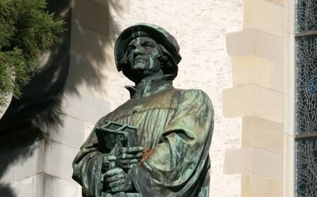 Ulrich Zwingli, Denkmal vor der Wasserkirche in Zürich © Foto: Matthias Müller/churchphoto.de