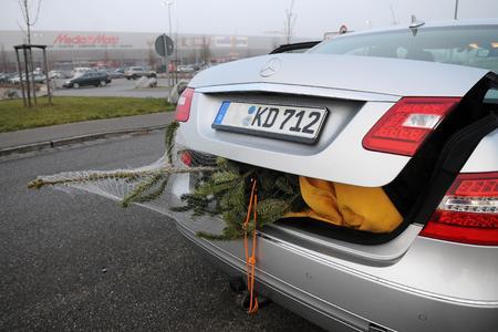 Ob im Kofferraum oder auf dem Dach: Der Tannenbaum muss ordentlich gesichert sein