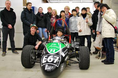Mitte Dezember besuchten Schüler aus dem japanischen Tokushima und Berufsschüler der BBS Brinkstraße drei Labore der Fakultät Ingenieurwissenschaften und Informatik. Einer der Höhepunkte der deutsch-japanischen Begegnung in der Hochschule Osnabrück war die Besichtigung des studentischen Rennstalls IRT