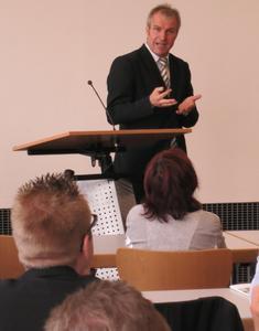 Prof. Dr. Christian Kröger nahm vor etwa 90 Zuhörern aktuelle Entwicklungen in der Finanz- und Schuldenkrise in den Blick