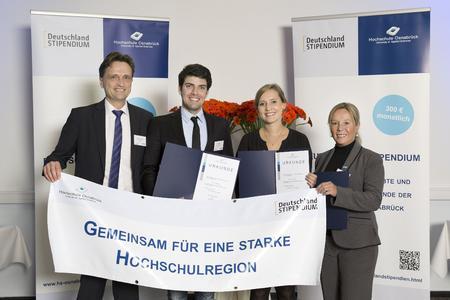 Hochschul-Präsident Prof. Dr. Andreas Bertram (1. von links) und Angela Holle von der BASF Polyurethanes GmbH (1. von rechts) überreichten den Studierenden Oliver Meding und Melanie Rolfes ihre Stipendien