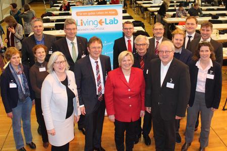 Niedersachsens Sozial- und Gesundheitsministerin Cornelia Rundt (vorne Mitte) diskutierte in der Aula der Hochschule Osnabrück mit zahlreichen Gästen  über die aktuellen Herausforderungen in der Pflege