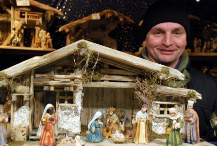 Weihnachtskrippen aus der Oberpfalz: Die Gebrüder Pindl aus Regendorf sind Ostbayerns einzige professionelle Krippenbauer. Peter Pindl (Foto) verkauft die traditionelle Weihnachtsdekoration seit über 15 Jahren gemeinsam mit seinem Bruder Richard auf dem Regensburger Weihnachtsmarkt und an Händler in Deutschland und Österreich. Foto: obx-news