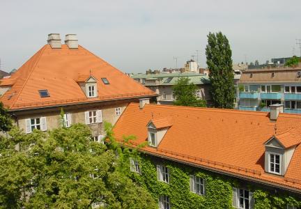 """Basiert wohl auf dem """"Ur-Dach"""" des Daches aus Blättern und Ästen: das """"klassische"""" Steildach (re.) und dahinter als Walmdach"""