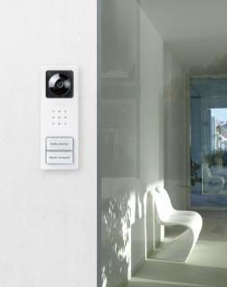 Mit der Video-Türstation Siedle Compact haben Hausbewohner den Eingang jederzeit im Blick
